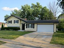 976 Camelot Dr, Crystal Lake, IL 60014
