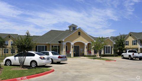300 W Henderson Rd, Angleton, TX 77515