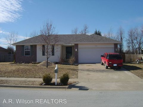 5317 S Hutchinson Ct, Battlefield, MO 65619